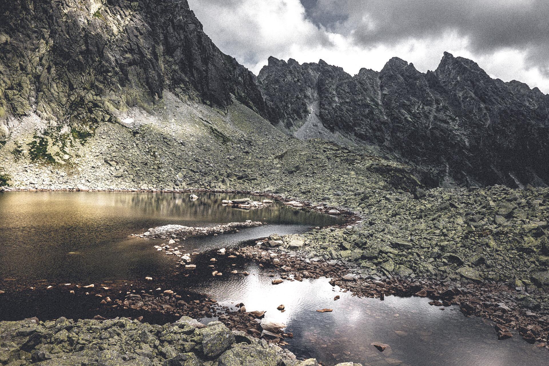 Bergsee in der Hohen Tatra – Capie Pleso mit etwas Sonne