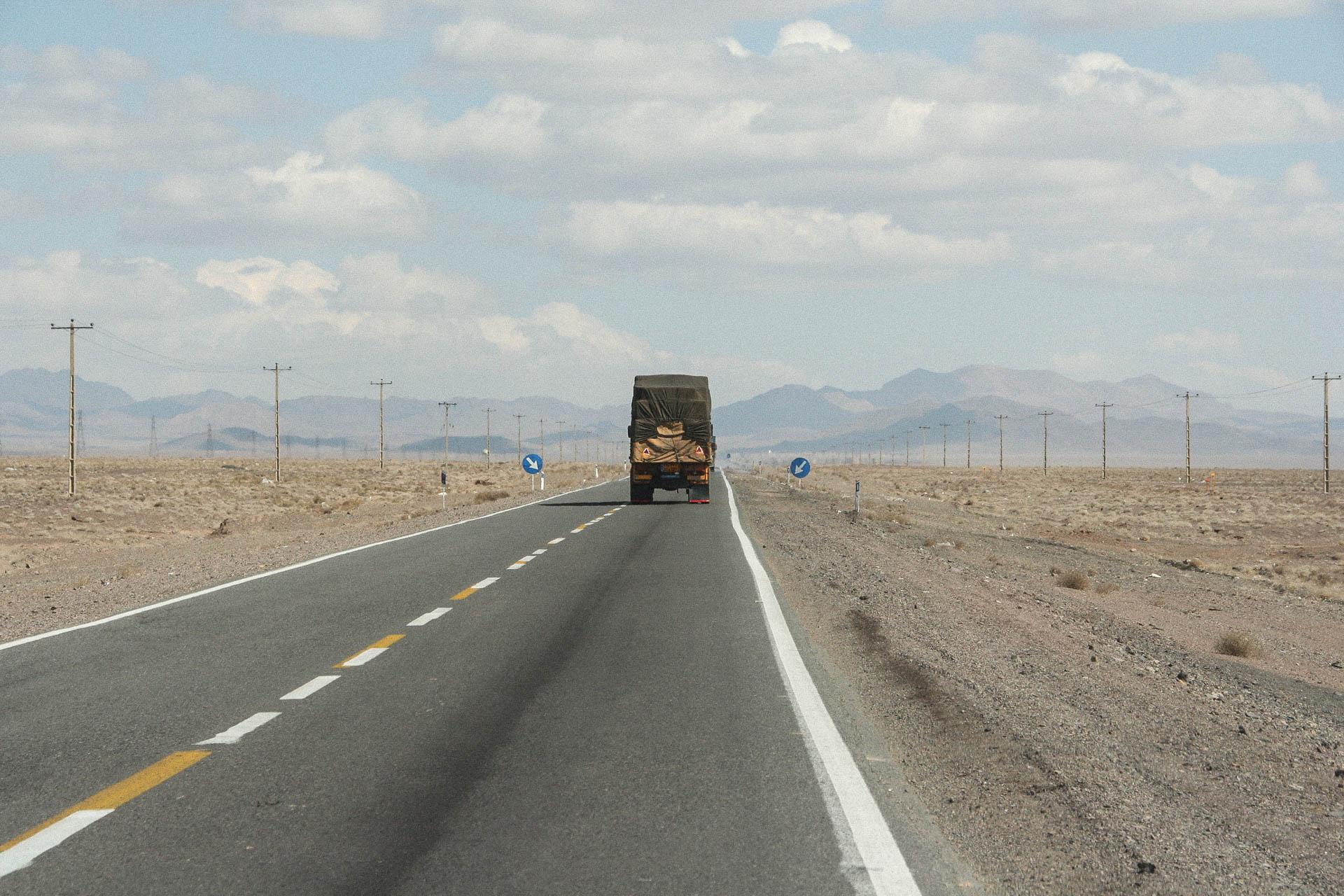 Laster auf pakistanischer Landstrasse