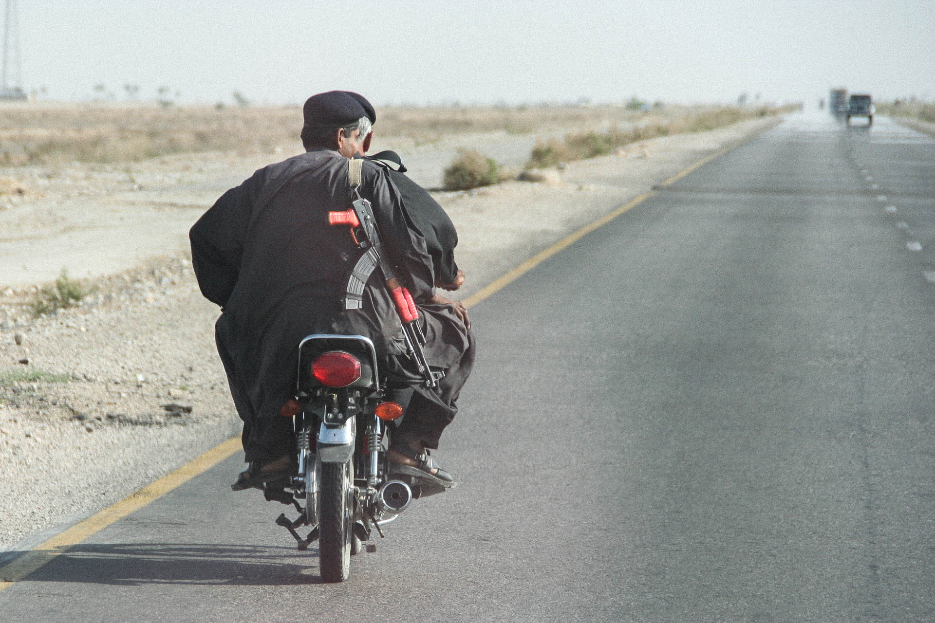 Motorradfahrer mit Maschinengewehr