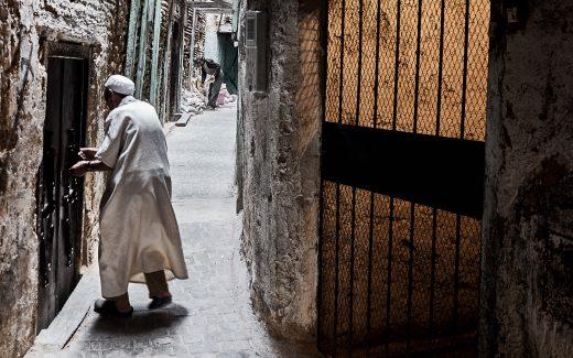 Alter Mann in der Medina von Fès