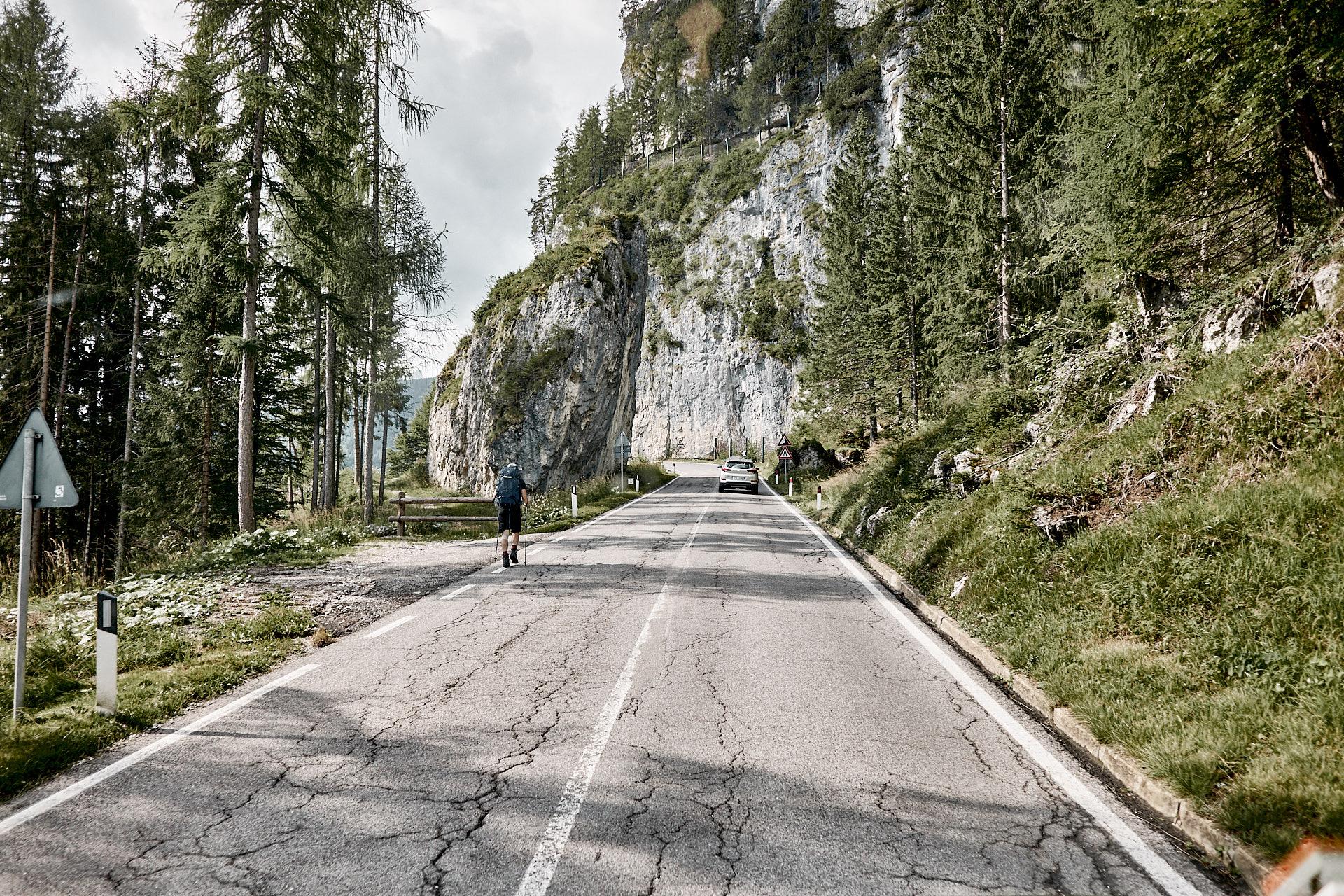 Wandersmann auf der Alpenstraße