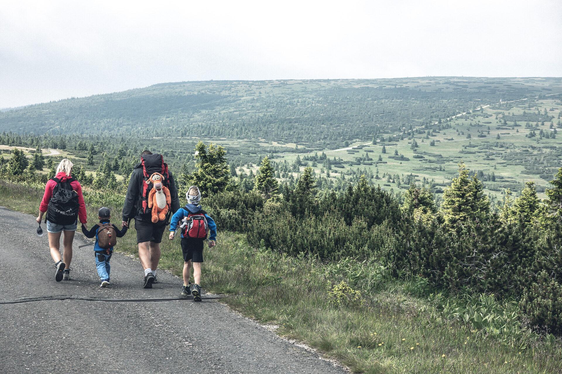 Familie auf dem Weg zur Elbquelle