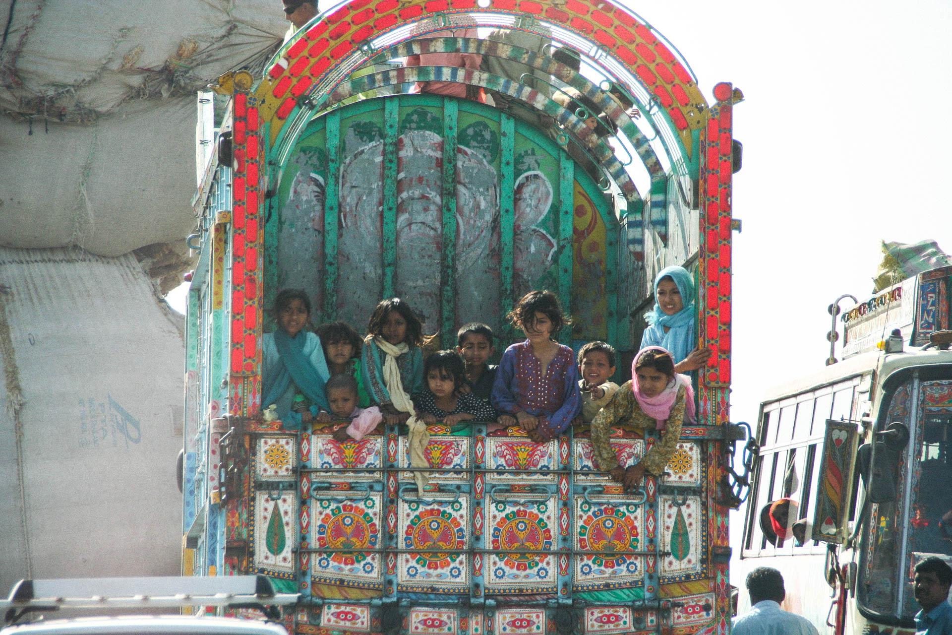 Kinder, Transport auf LKW