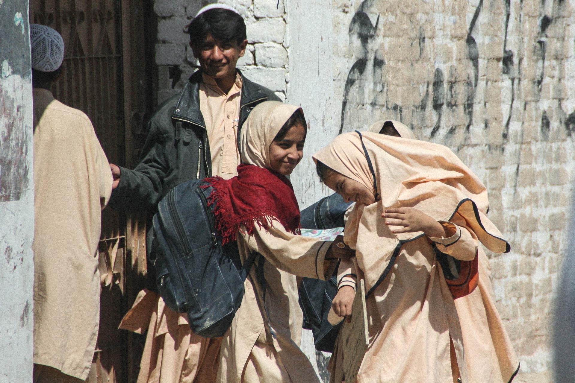 Kinder mit Schuluniform