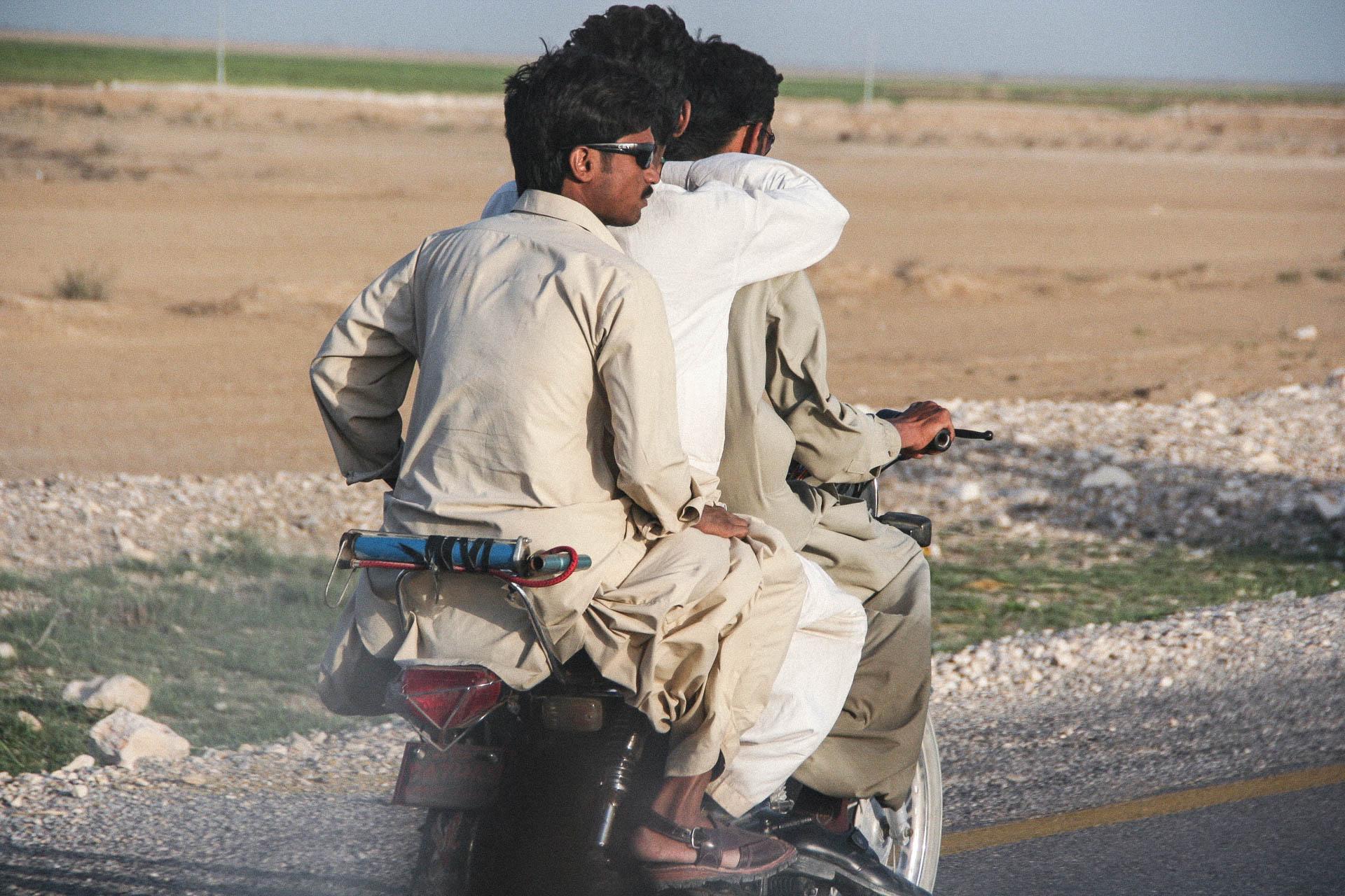 Drei Pakistaner auf dem Moped