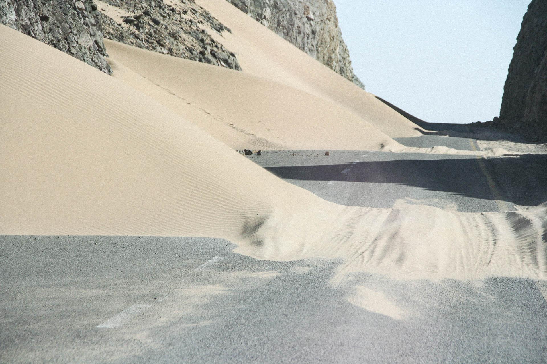 Wüstensand auf der Strasse
