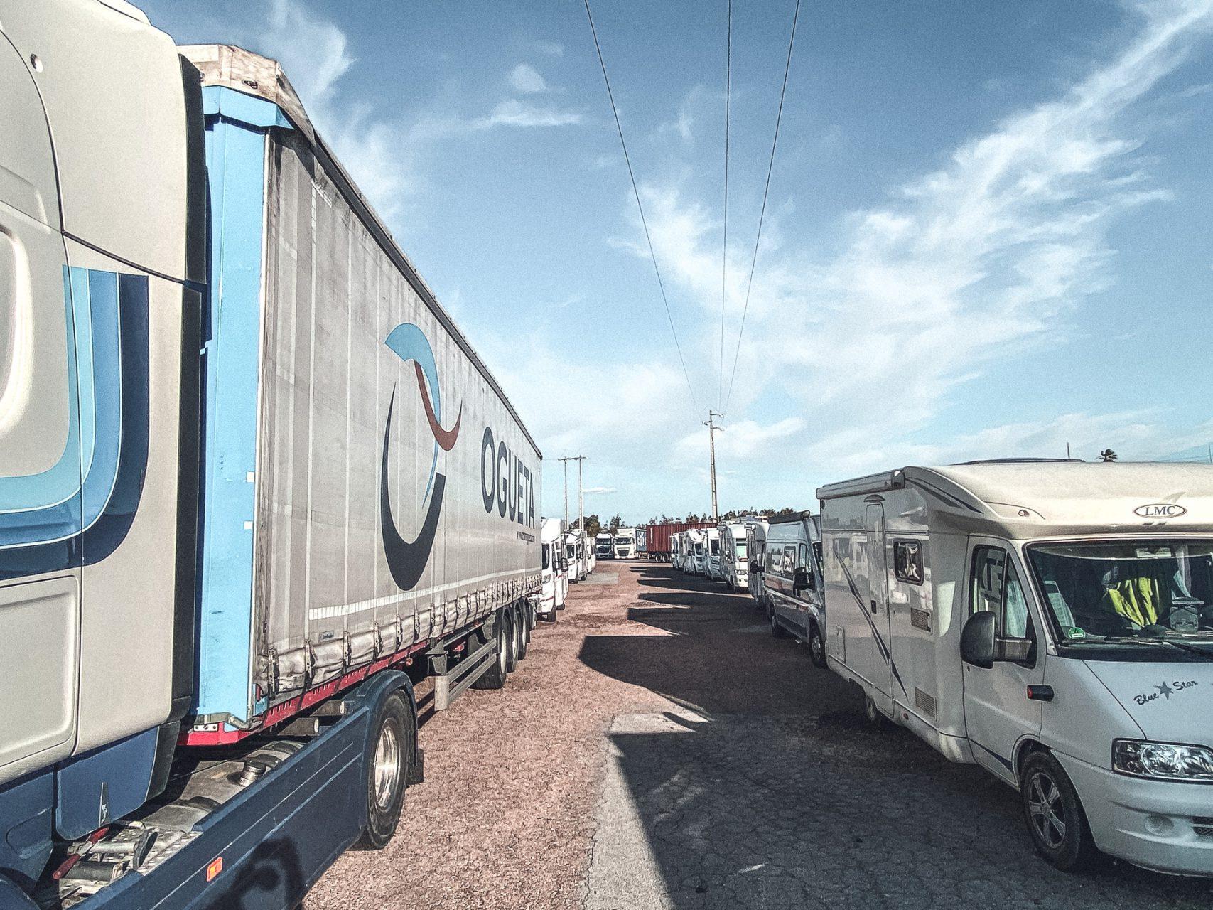 Gestrandete Camper an der Grenze zu Spanien