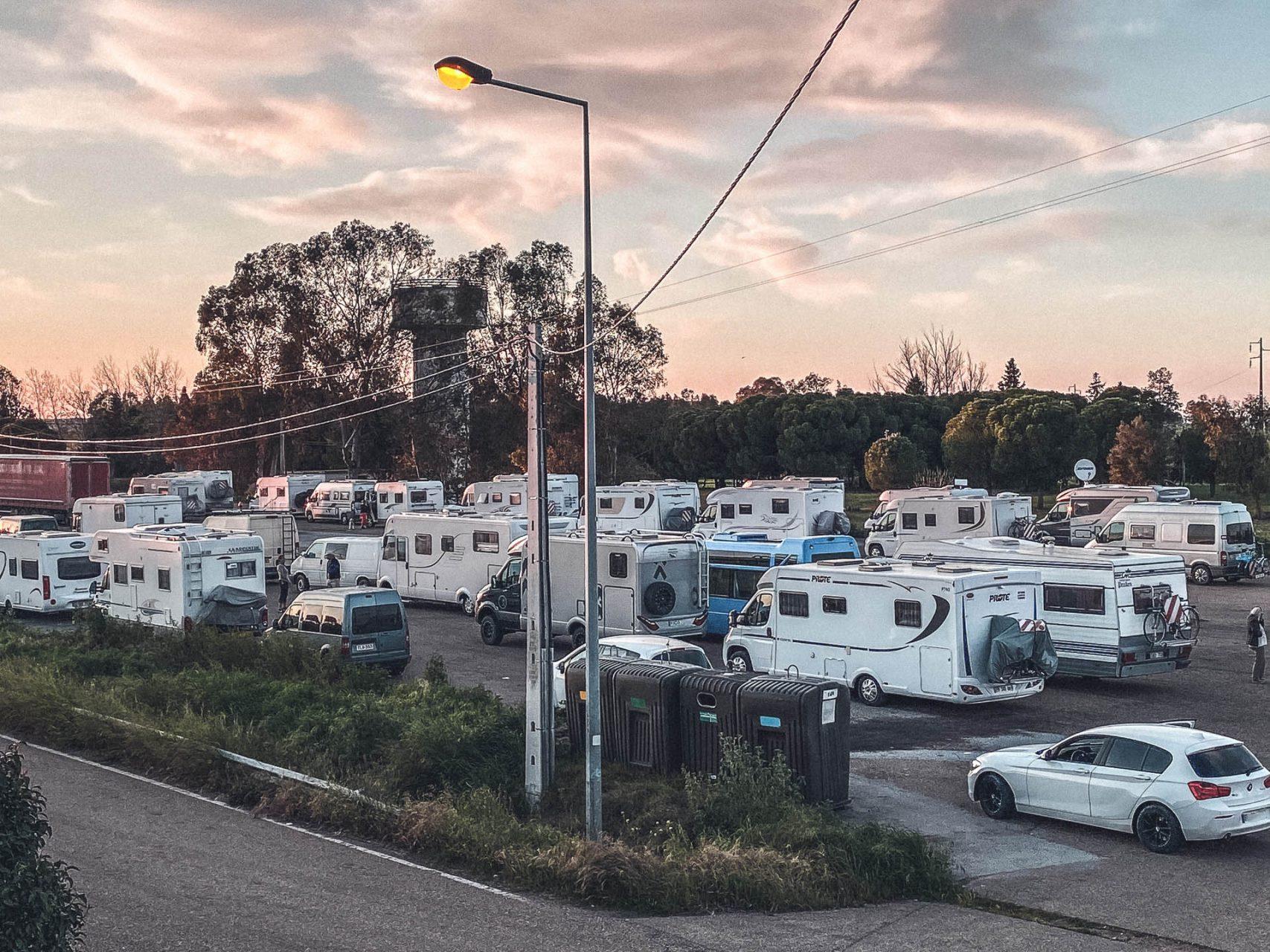 Portugal – Camper, Wohnmobile warten an der Grenze zu Spanien auf die Einreise
