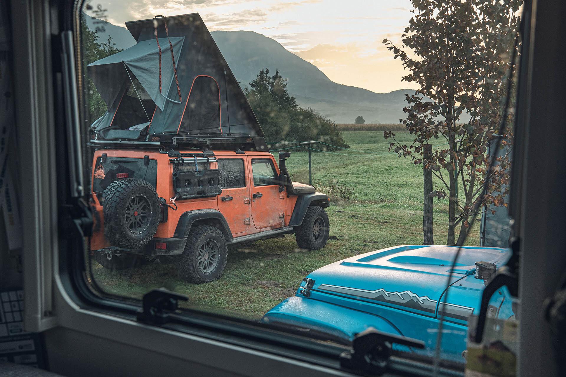 Blick aus dem ML-T auf die Offroadlegenden – Jeep Wrangler Rubicon